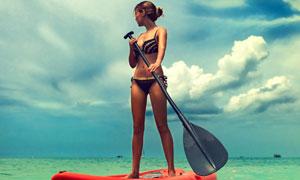 划着皮艇的比基尼美女摄影高清图片