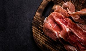 圆形砧板上的精选生肉摄影高清图片