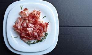 放在盘子里的肉片食材摄影高清图片