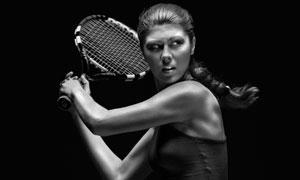 挥动网球拍准备击球的黑白摄影图片