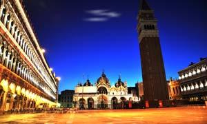 威尼斯中央广场美丽夜景摄影图片