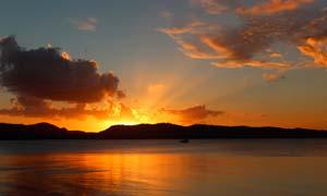 湖泊上的夕阳美景摄影图片