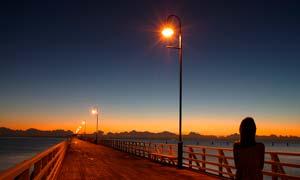 海边美丽的木桥夕阳美景摄影图片