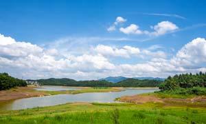 蓝天白云下的草原和河流摄影图片