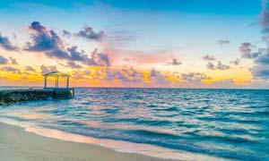 海边沙滩和亭子夕阳美景摄影图片