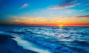 海边美丽的海浪和夕阳美景摄影图片