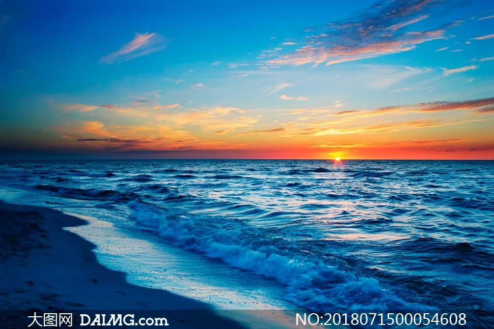 海邊美麗的海浪和夕陽美景攝影圖片