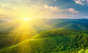 清晨阳光下的青山美景摄影图片