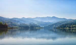 唯美山脚下湖泊美景摄影图片