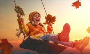 秋天玩荡秋千的小女孩摄影高清图片