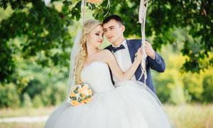 在拍摄婚纱大片的恋人摄影高清图片
