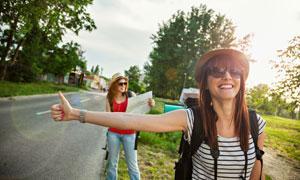 等着搭便车的旅游美女摄影高清图片