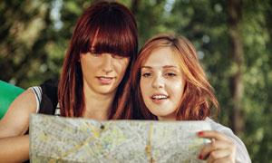 看地图查线路的俩美女摄影高清图片