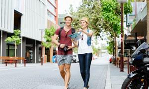 大街上的旅游男女人物摄影高清图片