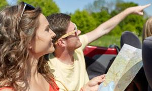 看地图指向远处的旅行人物高清图片