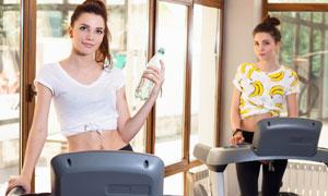 站在跑步机上的双胞胎美女高清图片