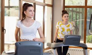 跑步机上的运动美女们摄影高清图片