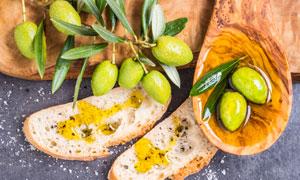 面包片与绿叶橄榄特写摄影高清图片