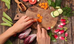 砧板上的切菜场景特写摄影高清图片