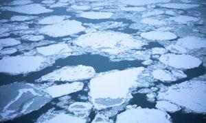 分散在水面之上的冰块摄影高清图片