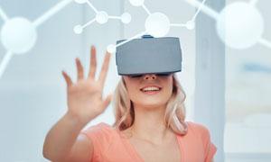 在体验虚拟现实技术的美女高清图片