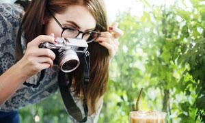 拍摄美食的美女摄影师摄影高清图片