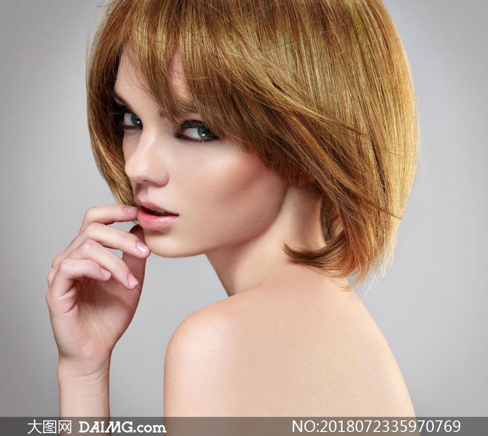 露背香肩短发美女人物摄影高清图片