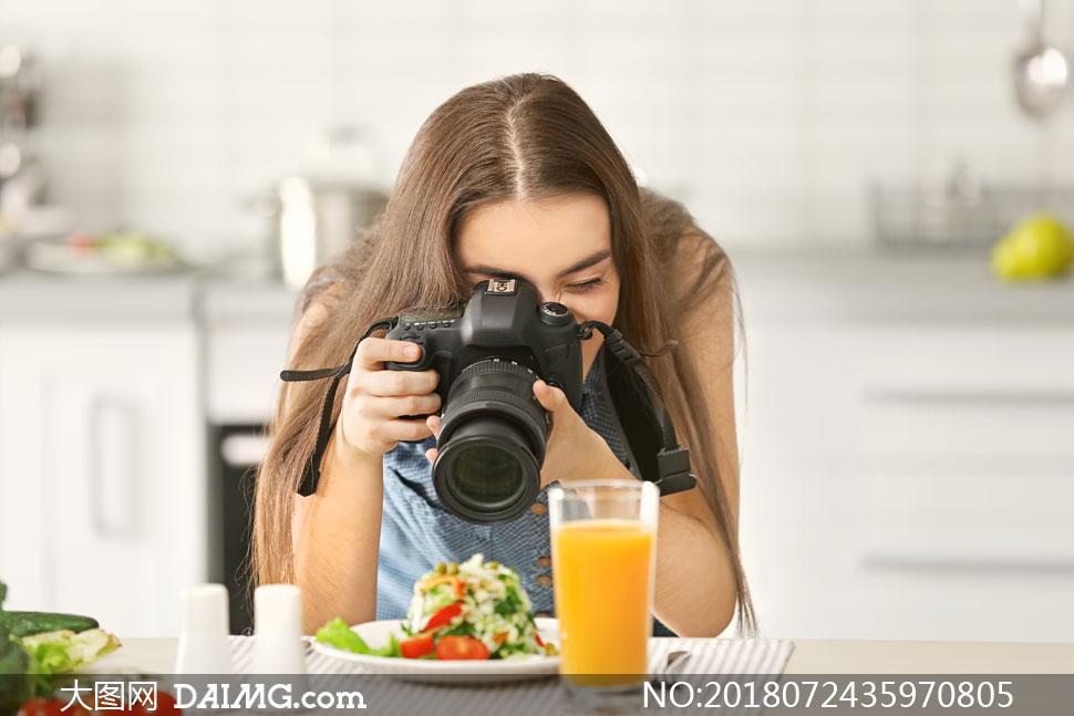 在专心拍摄美食的美女摄影高清图片 - 大图网设计素材