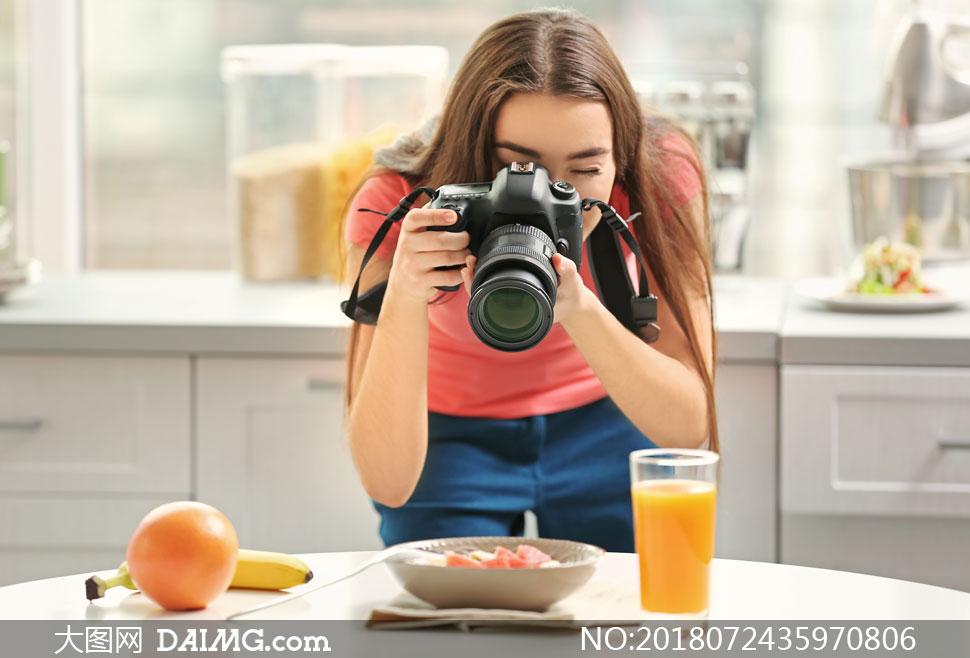 披肩发美女摄影师人物摄影高清图片