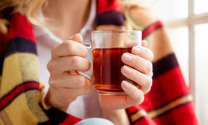 手捧着暖身红茶的人物摄影高清图片