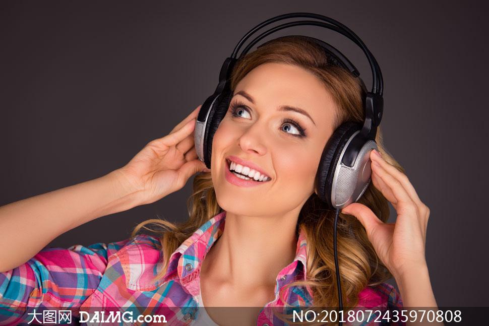 戴耳机听歌的美女人物摄影高清图片