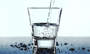 倒入玻璃杯中的自来水摄影高清图片