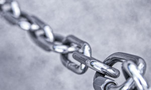 锃明瓦亮的一段铁链子摄影高清图片