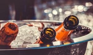 盆里与冰块放在一起的啤酒高清图片