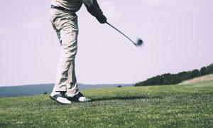 击打出高尔夫球的球手摄影高清图片