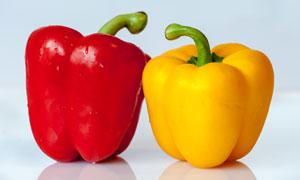 红色与黄色的两枚彩椒摄影高清图片