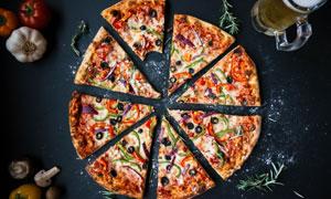 啤酒与切好的美味披萨摄影高清图片