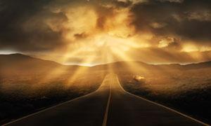 透过云层阳光照射下的道路高清图片