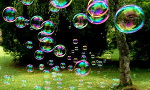 飘散半空中的炫彩肥皂泡泡高清图片