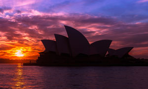 在夕阳余晖下的悉尼歌剧院高清图片