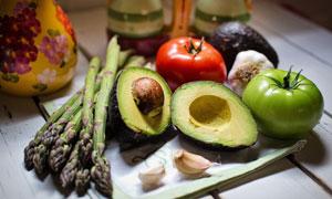 芦笋西红柿与牛油果等蔬菜高清图片