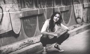 在路边蹲着的长发美女摄影高清图片