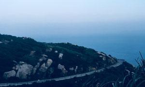 蓝天大海与小岛上的环岛路高清图片