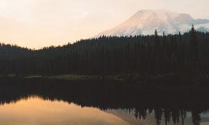 山脚下的湖泊树林风光摄影高清图片