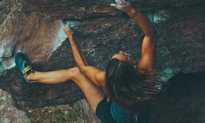 努力往上爬的攀岩美女摄影高清图片