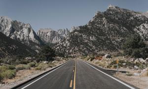 一条通往大山里的公路摄影高清图片