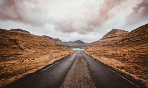 山间公路与多云的天空摄影高清图片