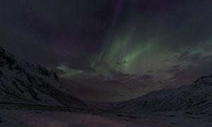 雪山风光与空中的极光景象高清图片