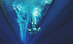 游到水底下的游泳人物摄影高清图片