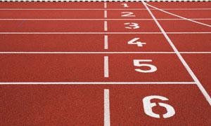 红色比赛跑道起点特写摄影高清图片